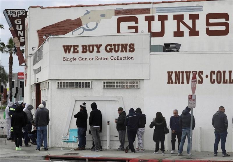 آمریکایی های ترسیده از کرونا در صف های طولانی خرید اسلحه هم می ایستند