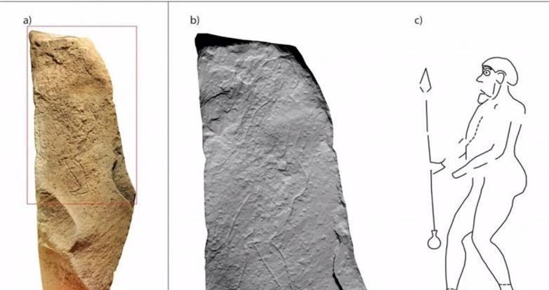 لباس های عجیب روی سنگ نگاره ای باستانی