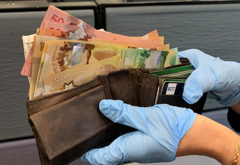 مرد اهل نیو وست مینستر ،کیف پر از پول را تحویل پلیس داد