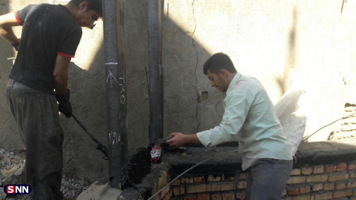 دیوار چینی منزل یک خانواده نیازمند از سوی دانشجویان دانشگاه صنعتی همدان شروع شد